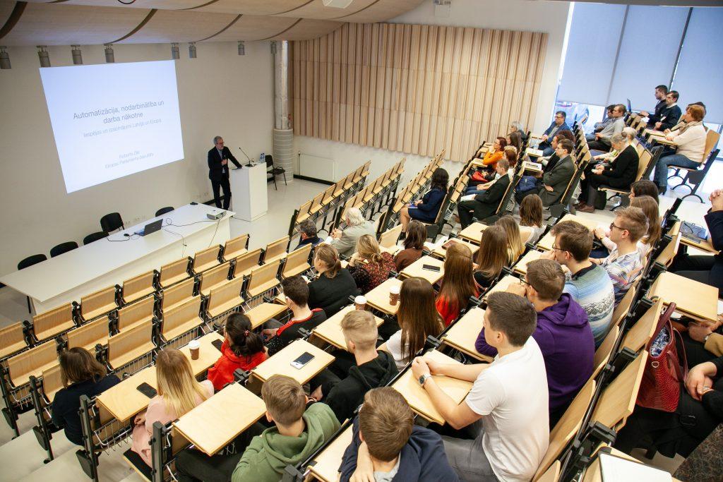 ATV skolēni apmeklē Eiropas Parlamenta deputāta Roberta Zīles vieslekciju