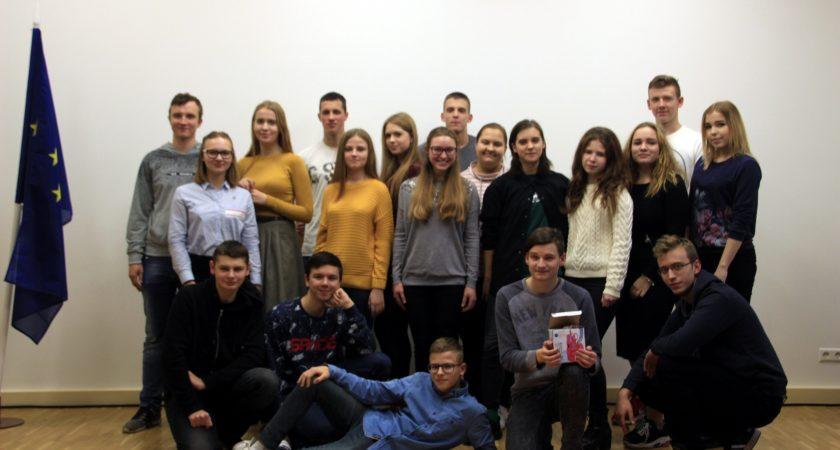 """Realizēts jauniešu iniciatīvu projekts """"Vakarēšana Latvijas simtgades zīmē"""""""