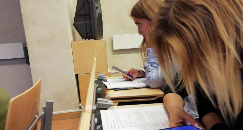 ATV skolnieces piedalās medijpratību nometnē